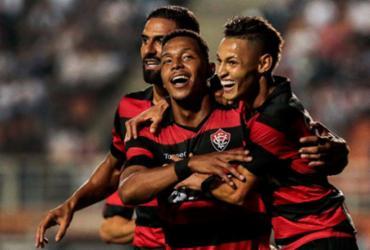 Vitória fica duas vezes na frente, mas cede empate ao Santos no Pacaembu