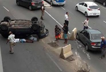 Carro capota na região da rodoviária de Salvador