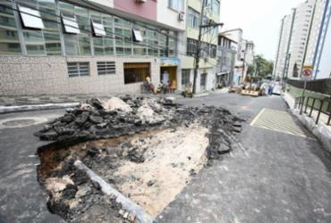 Obra emergencial interdita rua Politeama de Baixo