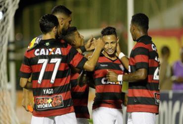 Vitória sofre com bola aérea e perde de virada para o Atlético-PR