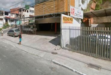 Taxista morre após carro colidir em loja na avenida Vasco da Gama