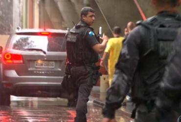 Espanhola morre após polícia disparar contra veículo de turistas no Rio