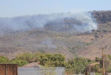 Bombeiros monitoram a Serra da Bandeira