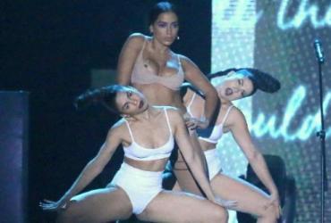 Anitta 'paga peitinho' durante apresentação do Prêmio Multishow