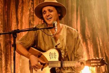 Celo canta no simbólico rio criado no cenário de Zuarte Júnior - Ricardo Prado | Divulgação