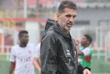 Mancini treina setores ofensivos e defensivos em treino chuvoso
