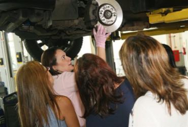 Caoa promove curso grátis de mecânica para mulheres