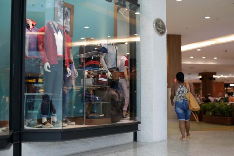 Diversos shoppings funcionam normalmente durante o feriado - Foto: Raul Spinassé | Ag. A TARDE | 08.05.2017