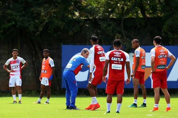 Treinador orienta os jogadores durante atividade no Fazendão - Foto: Felipe Oliveira | EC Bahia