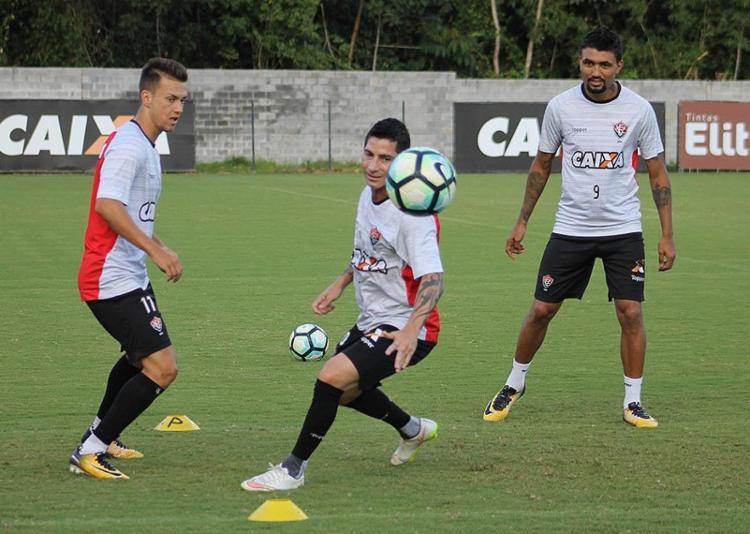 Kieza (D) deve ficar à disposição de Mancini para jogar na quinta-feira. - Foto: Maurícia da Matta l EC Vitória