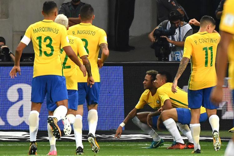 Gabriel jesus, autor de dois gols, durante comemoração com Neymar - Foto: Nelson Almeida l AFP