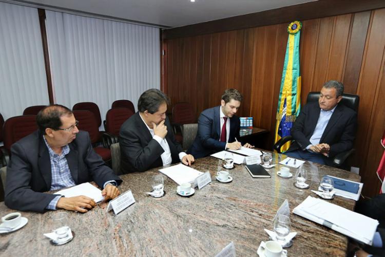 O acordo foi assinado nesta terça-feira, 10, pelo governador Rui Costa e pelo diretor da companhia aérea Bruno Alessio - Foto: Pedro Moraes l Gov-BA