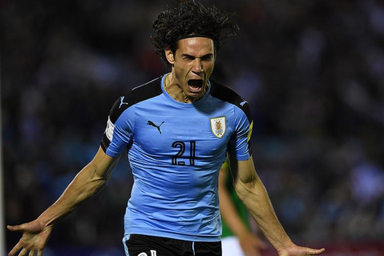 Cavani comemora após marcar o segundo gol na partida - Foto: Pablo Porciuncula l AFP