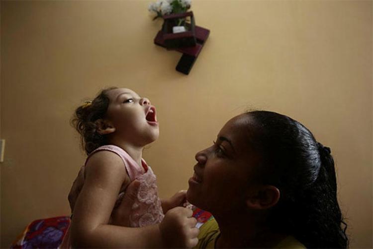 Joenice Figueredos, 24, e a filha Kesia Rayssa, 2, moram em Simões Filho - Foto: Joá Souza   Ag. A TARDE