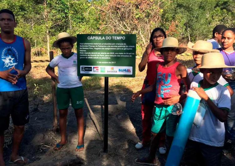 Foram enterrados produções de crianças e adolescentes da comunidade e de escolas públicas do município - Foto: Divulgação