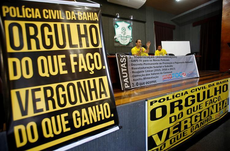 Policiais realizaram assembleia na Associação dos Funcionários Públicos da Bahia - Foto: Adilton Venegeroles l Ag. A TARDE