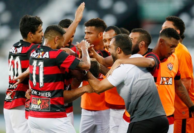 Jogadores parabenizam André Lima, autor do segundo gol do Leão - Foto: Rafael Ribeiro | Estadão Conteúdo