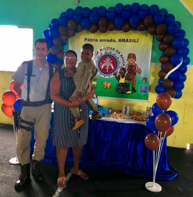 Major Washington [com Felipe no colo] participou da organização da festa - Foto: Divulgação | PM