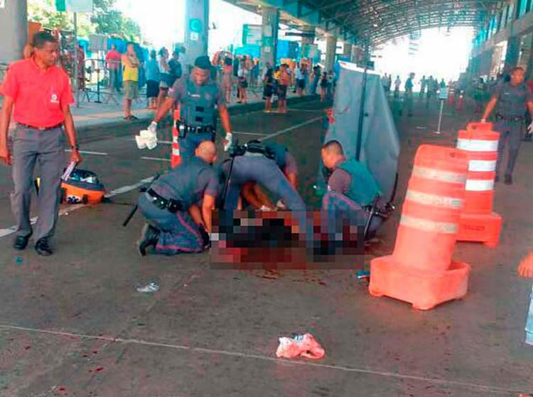 Seguranças da CCR Metrô prestam os primeiros socorros às vítimas - Foto: Cidadão Repórter   Via WhatsApp