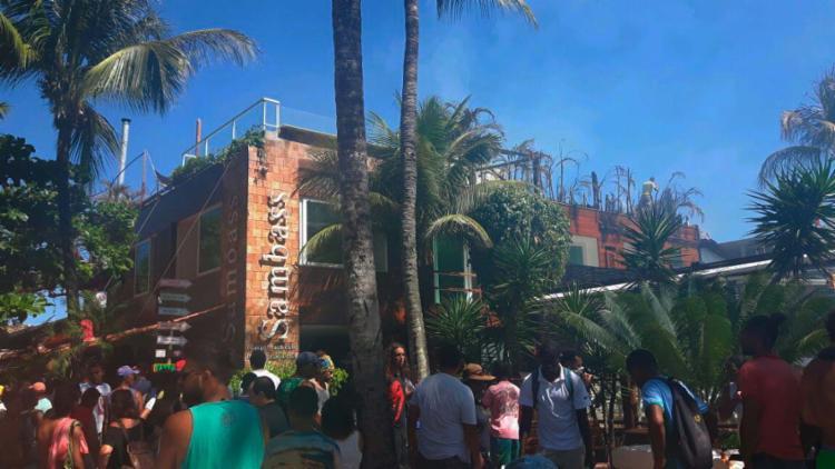 Chamas atingiram a pousada Sambass, na Segunda Praia de Morro - Foto: Cidadão Repórter | Via WhatsApp