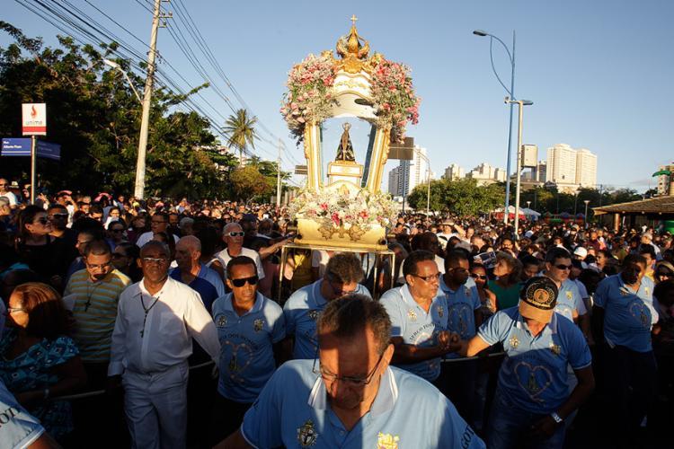 No dia em que aparição da santa no Brasil completou 300 anos, multidão de devotos acompanhou procissão - Foto: Mila Cordeiro l Ag. A TARDE