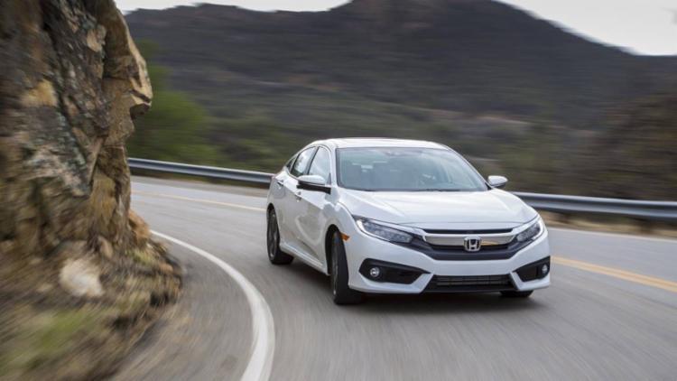 Na opção Touring, de R$ 124.900, sedã da Honda traz motor 1.5 turbo, mais moderno que o 2.0 do rival, que sai por R$ 116.990 - Foto: Honda | Divulgação