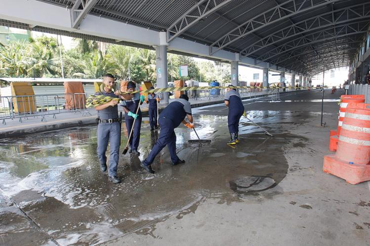 Funcionários limpam pista que ficou suja com o sangue das vítimas e do agressor - Foto: Mila Cordeiro l Ag. A TARDE