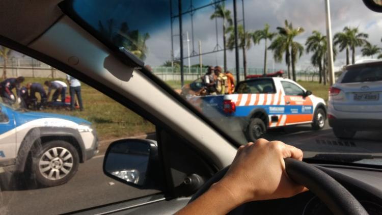 Vítima é atendida por socorristas do Samu; agentes da Transalvador e policiais estão no local - Foto: Cidadão Repórter | Via WhatsApp