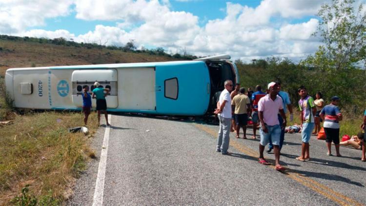 O veículo foi fretado por passageiros que pretendiam passar o feriado em um parque aquático em Jacobina - Foto: Reprodução | Augusto Urgente