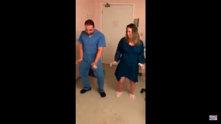 Camila Rocha e o médico Fernando Guedes da Cunha dançam hit de Anitta - Foto: Reprodução