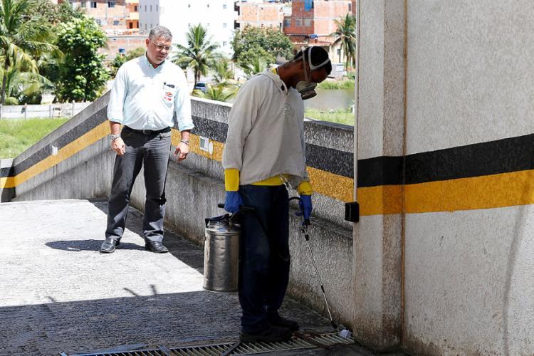 O síndico Sérgio Augusto sempre acompanha a realização dos serviços - Foto: Adilton Venegeroles l Ag. A TARDE