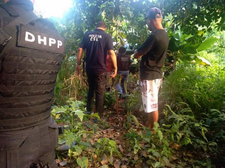 Policiais tiveram dificuldades para acessar o matagal onde Cleipton foi executado - Foto: Andrezza Moura l Ag, A TARDE