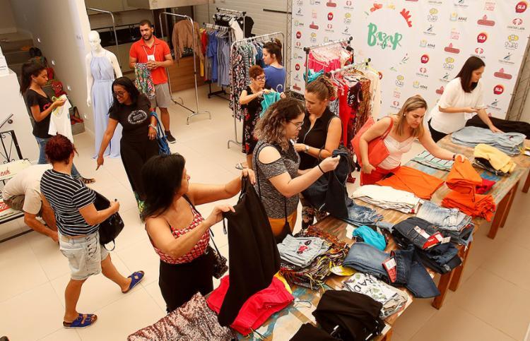 Acervo da feira conta com peças de roupa doadas por artistas - Foto: Adilton Venegeroles l Ag. A TARDE