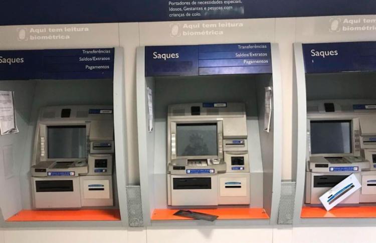 Bandidos não conseguiram levar dinheiro dos caixas eletrônicos - Foto: Reprodução