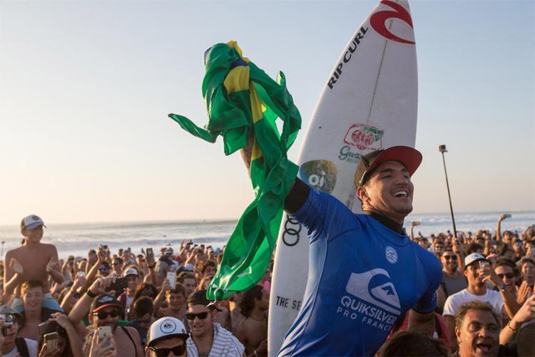 O triunfo levou o brasileiro para a terceira colocação do campeonato - Foto: Laurent Masurel l WSL