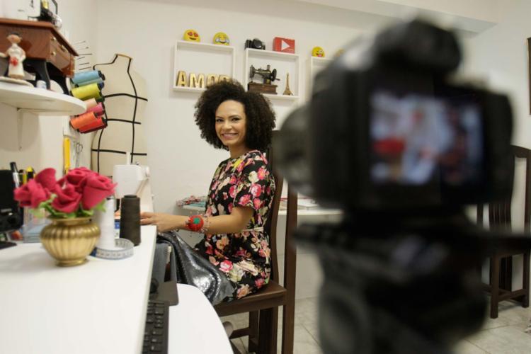 Nea Santtana faz vídeos sobre costura em canal na internet - Foto: Mila Cordeiro | Ag. A TARDE