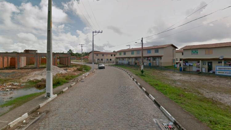 O feto estava em uma lixeira na rua do bosque, em Dias D'Ávila - Foto: Reprodução | Google Maps