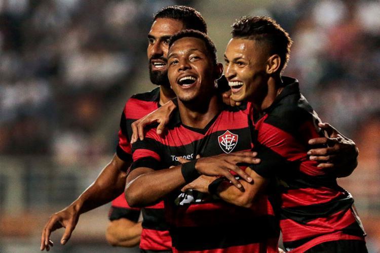 Rubro-negros comemoram o primeiro gol, de David (C) - Foto: Ale Cabral l Estadão Conteúdo