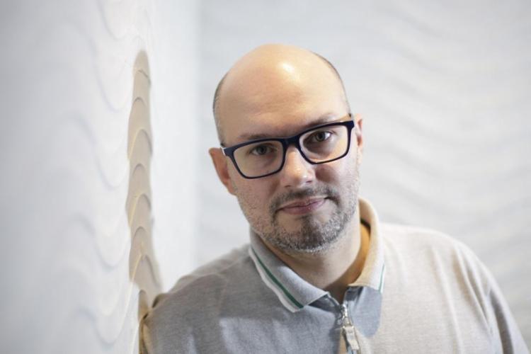 O escritor Carlos Henrique Schroeder é o fundador do Festival Nacional do Conto - Foto: Raul Spinassé | Ag. A TARDE