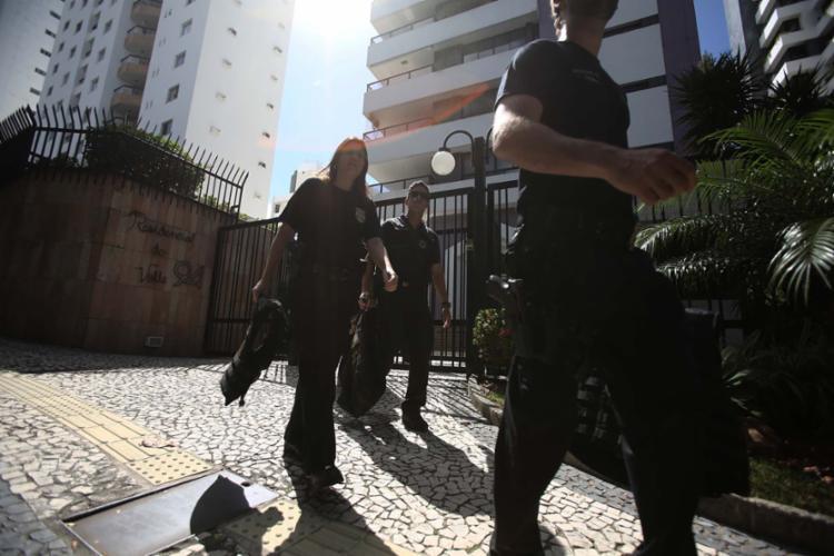 Policiais federais deixaram a casa de Lúcio em Salvador após 3h30 de buscas - Foto: Joá Souza | Ag. A TARDE | 16.10.2017