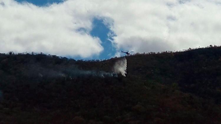 Helicóptero do Graer debelou as chamas com jatos de água - Foto: Divulgação   SSP