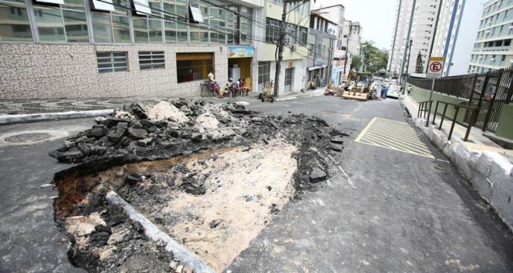 Buraco impede passagem de veículos no local - Foto: Joá Souza | Ag. A TARDE