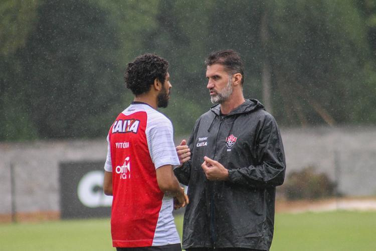 Capitão, Wallace recebe orientações de Mancini para compactar defesa - Foto: Maurícia da Matta l EC Vitória