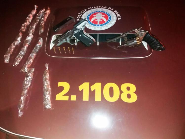 Duas armas e 115 trouxas de maconha foram encontradas com os suspeitos - Foto: Divulgação | SSP-BA