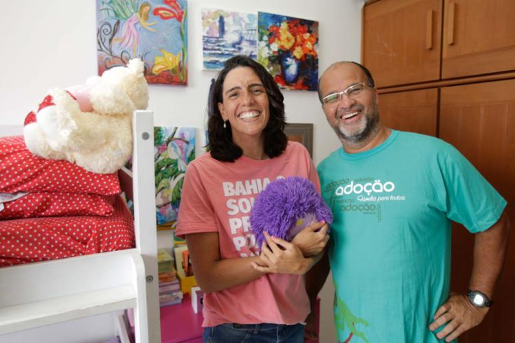 Patrícia e Fábio adotaram duas irmãs com 12 e 11 anos - Foto: Luciano da Matta | Ag. A TARDE