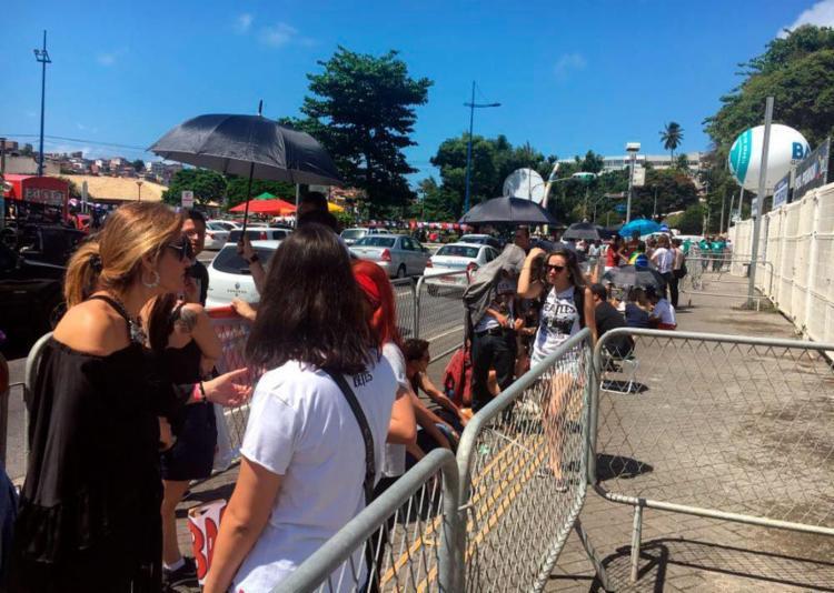 Cerca de 56 pessoas já encontram-se em frente ao estádio - Foto: Mila Cordeiro | Ag. A TARDE | 20.10.2017