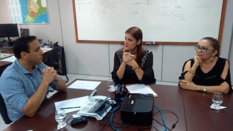 Relatório foi apresentado ao secretário municipal de educação, Bruno Barral (E) - Foto: Daniel Gramacho | DPE/BA