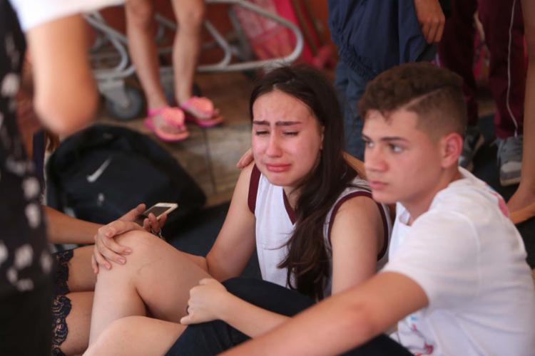 Logo após o ataque, estudantes estavam desconsolados do lado de fora do Colégio Goyases - Foto: Cristiano Borges | O Popular | Estadão Conteúdo | 20.10.2017