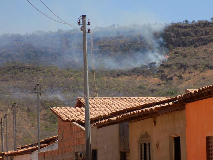 Chamas já chegam perto de algumas casas na região - Foto: Miriam Hermes | Ag. A TARDE