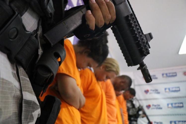Além do líder da facção, outras quatro pessoas foram presas durante operação - Foto: Alberto Maraux   SSP-BA   Divulgação